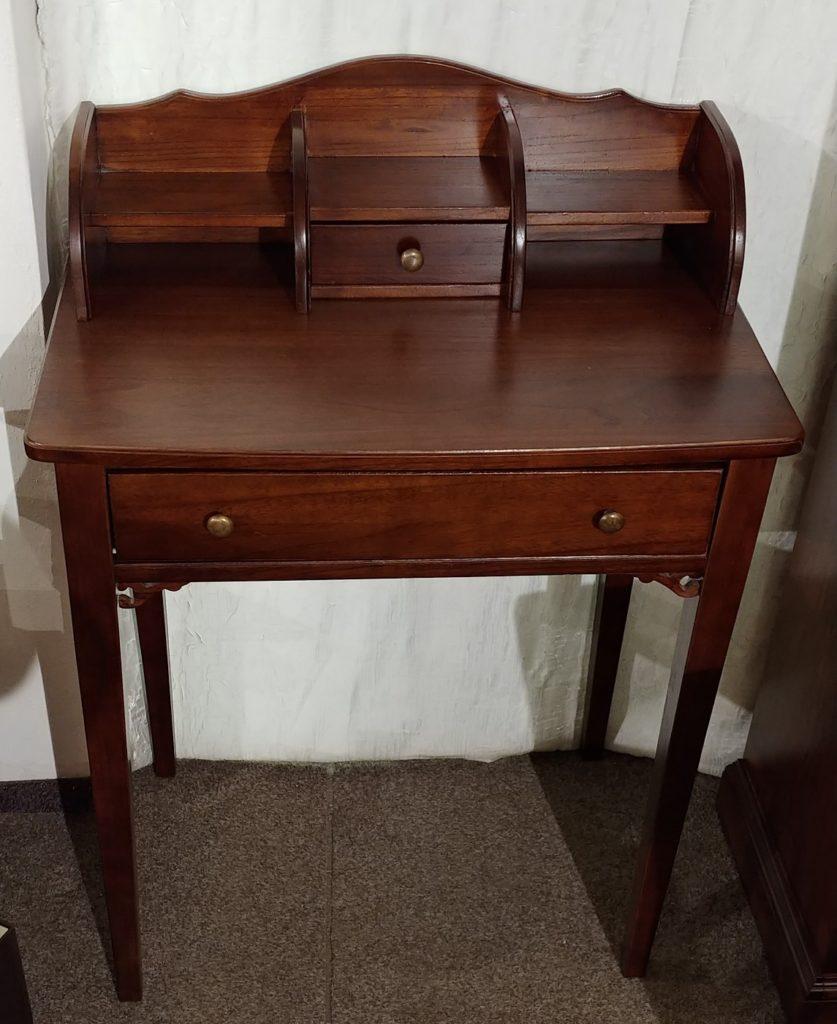 psací stolek detail